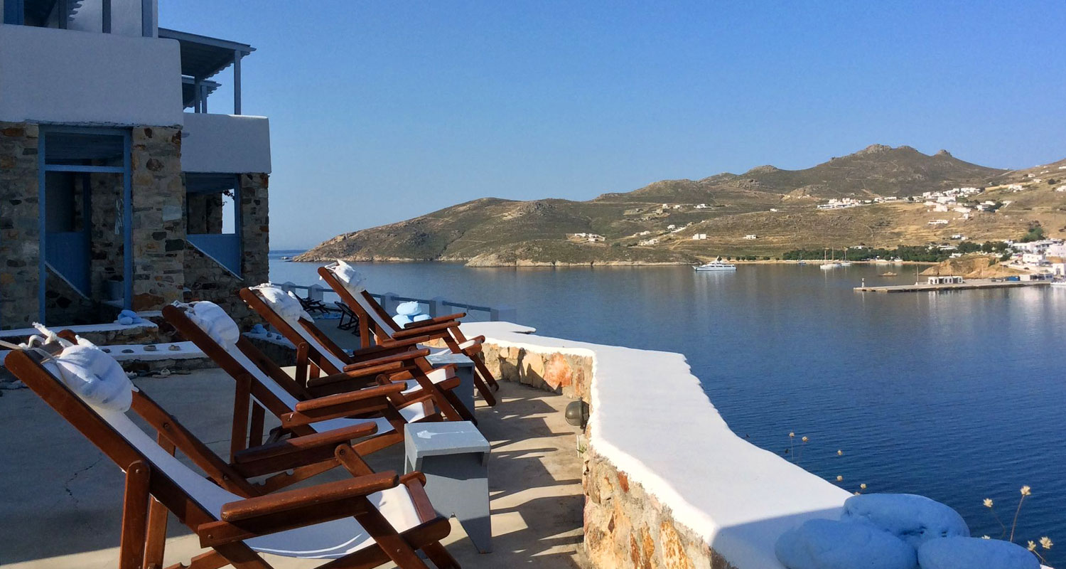 Terrace with sunbeds at Amfitriti studios at Serifos